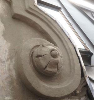 Stuck an einer Fassade, welcher der Restauration unterzogen wird