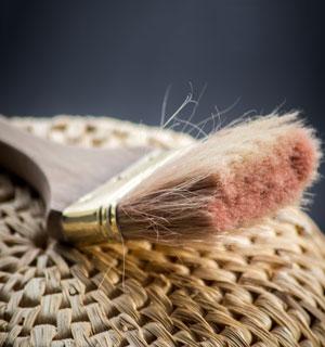 Ein Pinsel liegt auf einem Korb
