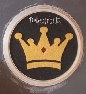 """Dekoration aus Stuck, goldene Krone auf schwarzem Hintergrund, umrandet mit weißem Stuckrahmen. Schriftzug """"Datenschutz"""" über der Krone"""