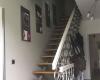 Treppe mit lackiertem Geländer, gestrichene Wand